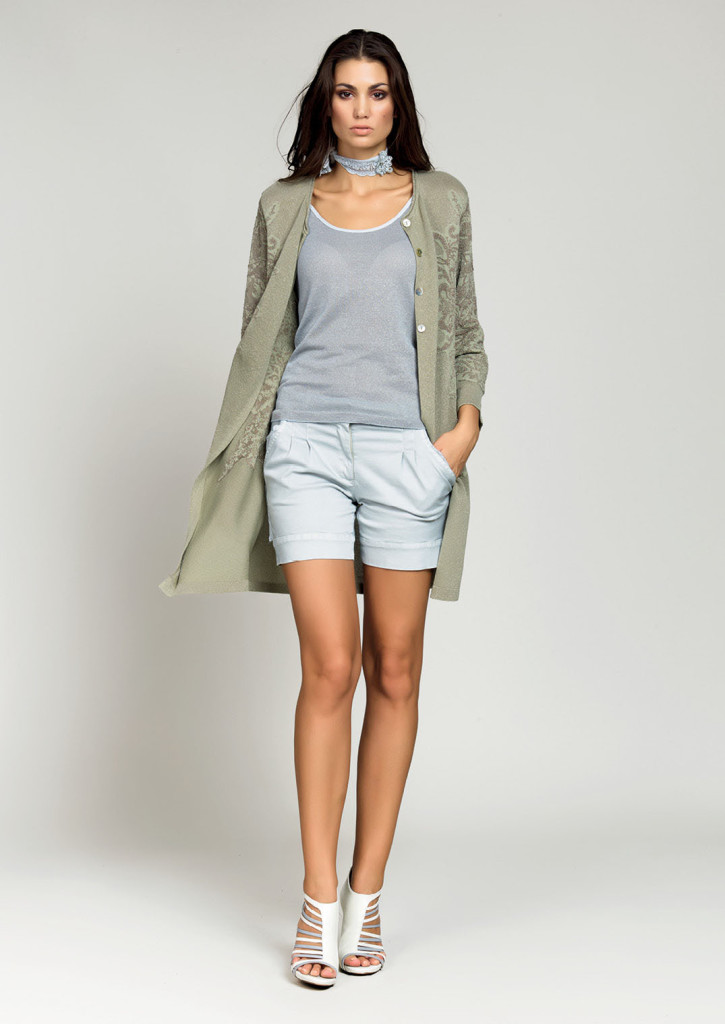 TOP / TANK <strong>D317</strong> <br> GIACCA / JACKET <strong>D325</strong> <br> SHORTS <strong>D293</strong> <br> PANTALONE / PANTS <strong>D239</strong>