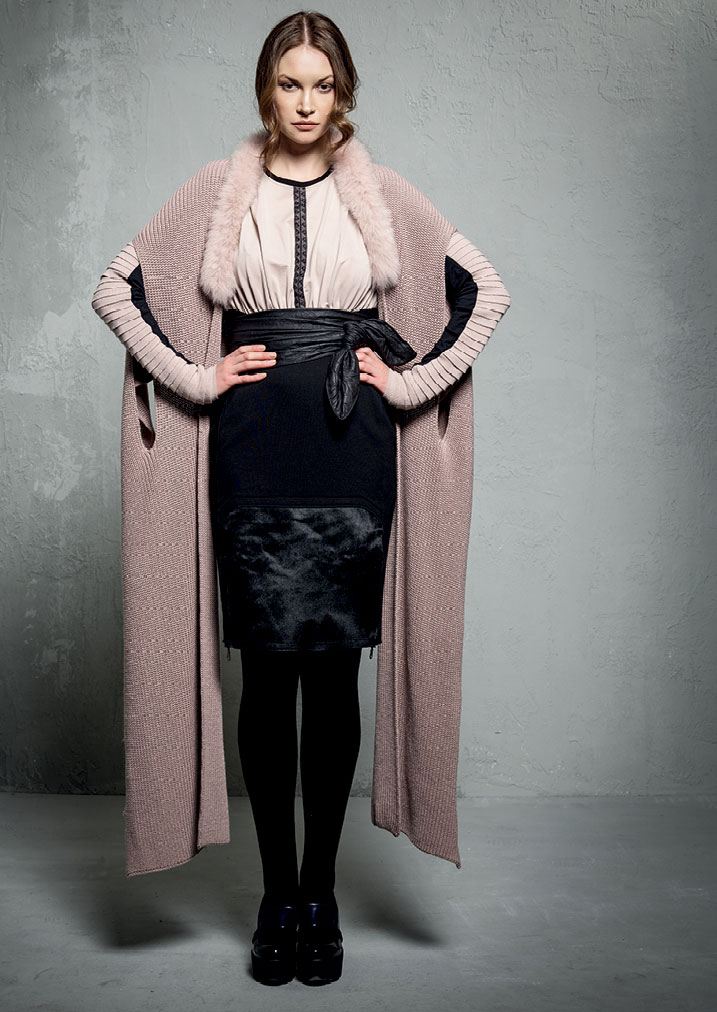 MAGLIA/SWEATER <strong>E211</strong><br> GONNA/SKIRT <strong>E220</strong><br> SCIARPA/SCARF <strong>E247</strong>