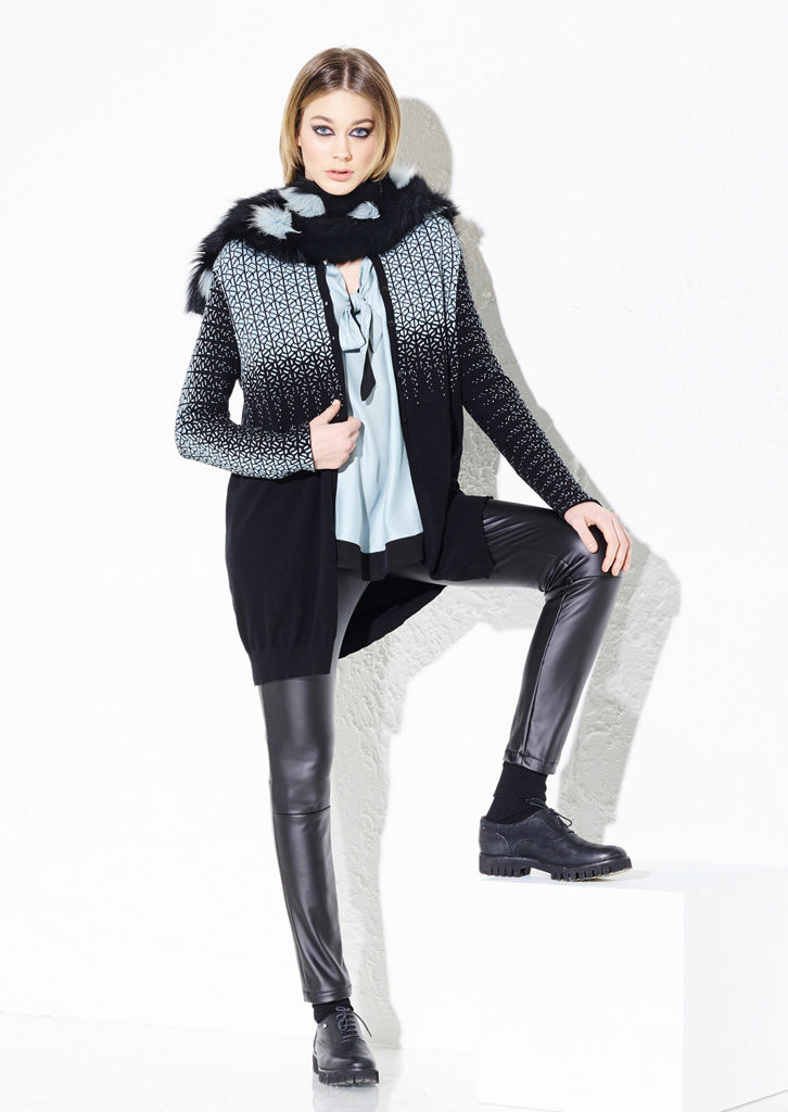 CARDIGAN/CARDIGAN<strong> G211</strong><br> CAMICIA/BLOUSE <strong> G229</strong><br> SCIARPA/SCARF<strong>  G215</strong><br> PANTS/PANTS<strong> G338</strong>