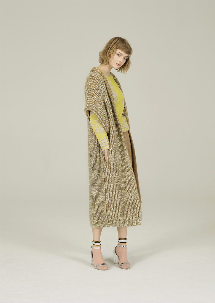 CAMICETTA/SWEATER <strong>N266</strong><br> CAPPOTTO/COAT <strong>N209</strong><br> GONNA/SKIRT <strong>N130</strong>