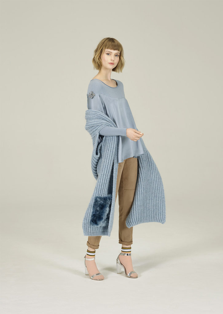 CAMICETTA/SWEATER <strong>N108</strong><br> SCIARPA/SCARF <strong>N194</strong><br> PANTALONE/PANTS <strong>N131</strong>