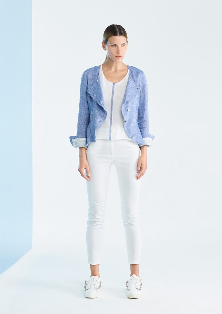 GIACCA/JACKET <strong>P214</strong><br> CAMICETTA/SWEATER <strong>P237</strong><br> PANTALONE/PANTS <strong>P134</strong>