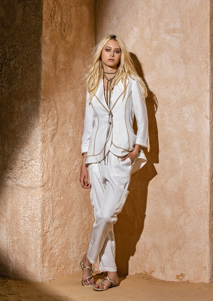 GIACCA/JACKET <strong>S1110</strong><br> CANOTTA/TOP <strong>S1070</strong><br> PANTALONE/PANTS <strong>S1052</strong><br> COLLANA/NECKLACE <strong>S1171</strong>