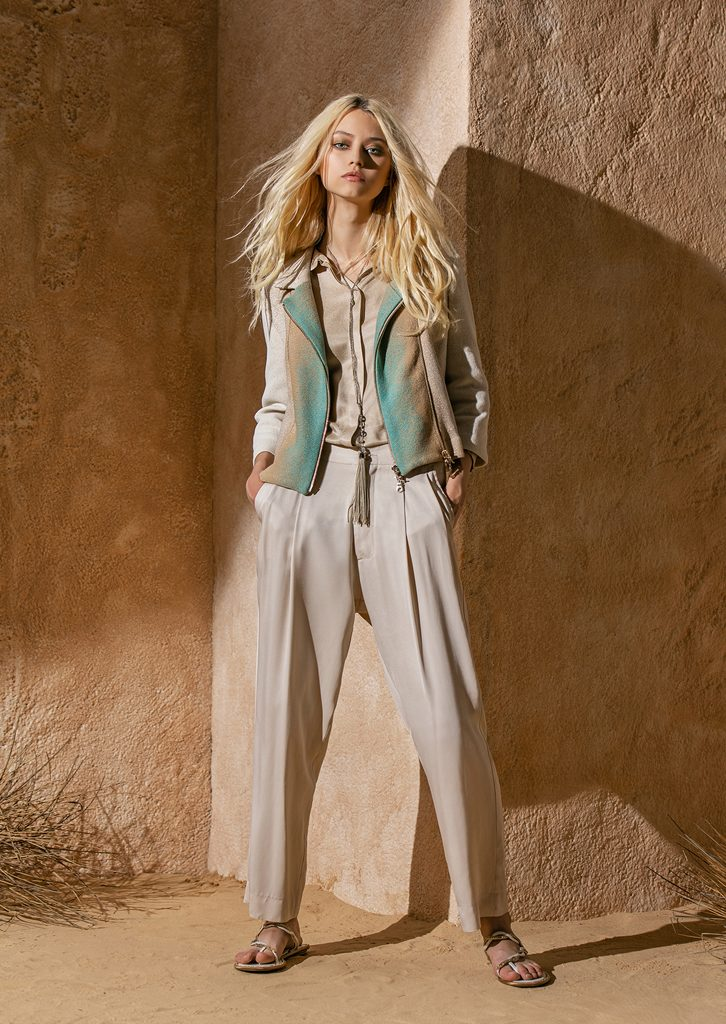 GIACCA/JACKET <strong>S1156</strong><br> CAMICETTA/BLOUSE <strong>S1207</strong><br> PANTALONE/PANTS <strong>S1189</strong><br> COLLANA/NECKLACE <strong>S1198</strong>