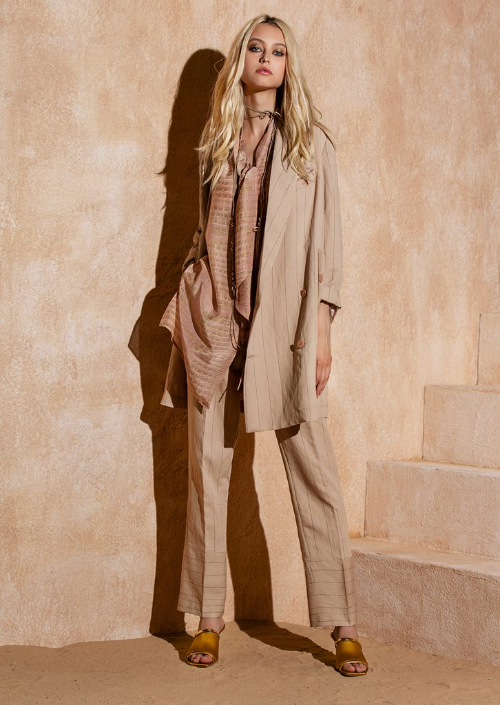GIACCA/JACKET <strong>S1247</strong><br> CAMICIA/BLOUSE <strong>S1285</strong><br> PANTALONE/PANTS <strong>S1246</strong><br> COLLANA/NECKLACE <strong>S1249</strong>