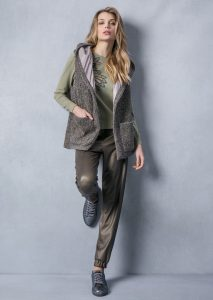 MAGLIA/SWEATER <strong>T805</strong><br> GILET/GILET <strong>T818</strong><br> PANTALONE/PANTS <strong>T825</strong>